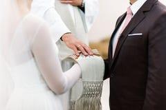 Prästvälsignelsebrud och brudgum Royaltyfria Foton