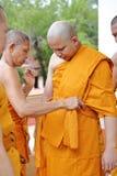 Prästvigningceremonin som ändrar de thailändska unga männen för att vara Arkivbilder
