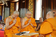 Prästvigningceremonin som ändrar de thailändska unga männen för att vara Royaltyfri Fotografi