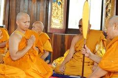 Prästvigningceremonin som ändrar de thailändska unga männen för att vara Fotografering för Bildbyråer