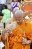 Prästvigningceremonin som ändrar de thailändska unga männen för att vara Arkivfoto