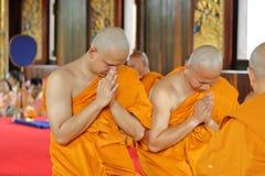 Prästvigningceremonin som ändrar de thailändska unga männen för att vara Royaltyfri Foto