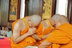 Prästvigningceremonin som ändrar de thailändska unga männen för att vara Royaltyfria Bilder