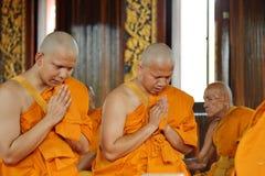 Prästvigningceremonin som ändrar de thailändska unga männen för att vara Arkivbild