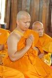 Prästvigningceremonin som ändrar de thailändska unga männen för att vara Arkivfoton