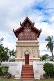 Prästvigningkorridor i thailändsk buddismtempel Chiangmai Thailand Arkivfoton