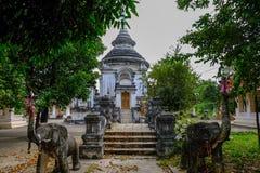 Prästvigningkorridor med vakten för blå himmel och elefantpå Wat Pra Ngam, Ayutthaya royaltyfri foto