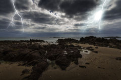 Prålig blixt över havet Arkivbilder