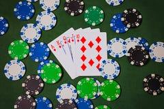 Prålig kunglig person Ace konungen, drottningen, stålar, tio, diamanter ligger på närbilden för pokerchiper, prålig kunglig perso arkivbild