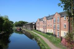 Pråm, byggnader, Cherry Tree Leeds och Liverpool Royaltyfria Bilder