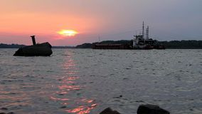 Pråm går till solnedgången stock video