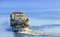 Pråm med lastsegling på floden Royaltyfri Bild