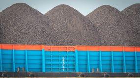 Pråm mycket av kol Arkivbilder