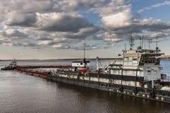 Pråm på floden Lena i Yakutia Royaltyfria Bilder
