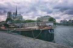 Pråm på floden Seine i Paris Arkivfoto