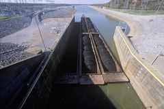 Pråm på låset för Kentucky fördämningkanal på Tennessee River, TN Royaltyfria Bilder