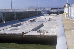 Pråm på låset för Kentucky fördämningkanal på Tennessee River, TN Arkivfoton