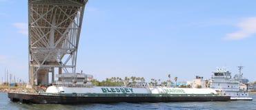 Pråm som går under bron i Corpus Christi TX Arkivbilder