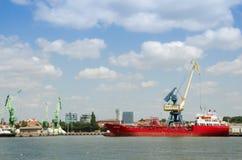 Pråm stiger ombord på det baltiska havet Arkivbild