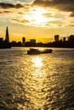Pråmfartyg på Thames River, London Royaltyfri Fotografi