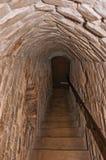Prång som göras av tegelstenar med trappa inom väggarna av den medeltida Ammersoyen slotten arkivbilder