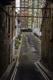 Prång till gatorna med låghus- byggnader för byggnader, Royaltyfria Bilder