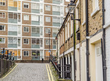 Prång till gatorna med låghus- byggnader för byggnader, Arkivfoton