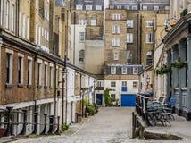 Prång till gatorna med låghus- byggnader för byggnader, Royaltyfri Bild