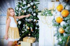 Près de l'arbre de Noël photos libres de droits