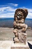 près de la statue de mer Image stock