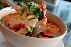Près de Tom Yum Chicken Soup, fond thaïlandais en bois de style de cuillère Photographie stock libre de droits