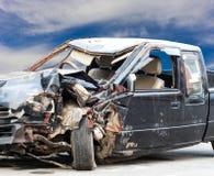 Près des voitures noires démolies photographie stock libre de droits