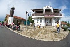 Près du bâtiment administratif dans le village de Bulgari en Bulgarie Photographie stock libre de droits