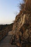 Près du dessus de la falaise construite à côté du bain traîne Photographie stock