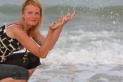 près du femme de mer Photographie stock