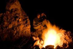 Près du feu de camp Images stock