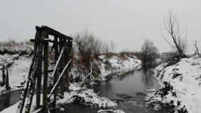 Près du fleuve Restes de vieux pont en bois, détruits par temps Mouvement lent clips vidéos