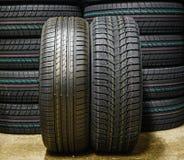 Près du nouveau pneu d'hiver sans goujons et pneu d'été image stock