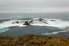 Près du récif de rivage au parc d'état de promontoires de Mendocino. Images libres de droits