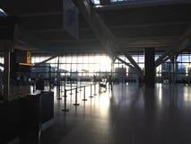 Près du terminal vide 5 de Heathrow au coucher du soleil photographie stock libre de droits