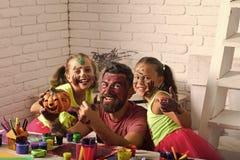 pré éducation d'école centre de garde d'enfants Famille de Halloween avec la peinture colorée Photographie stock libre de droits