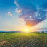 Pré avec le beau ciel de coucher du soleil photographie stock