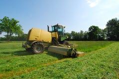 Pré d'herbe de coupe de tracteur Photo stock