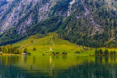 Pré d'herbe près de Koenigssee, Konigsee, parc national de Berchtesgaden, Bavière, Allemagne photographie stock