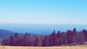 Pré de gisement de montagne de forêt de ciel images stock