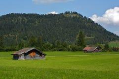 Pré en Bavière Allemagne avec des constructions de ferme Images stock