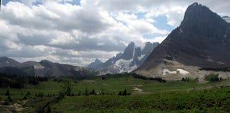 Pré et ciel alpins de montagne Image libre de droits