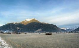 Pré et village congelés dans les Alpes photographie stock libre de droits
