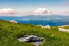 pré herbeux avec des rochers sur le flanc de coteau Photo libre de droits