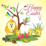Pré heureux de fond de Pâques avec les poulets mignons famille, coccinelle, papillon et arbre Photographie stock